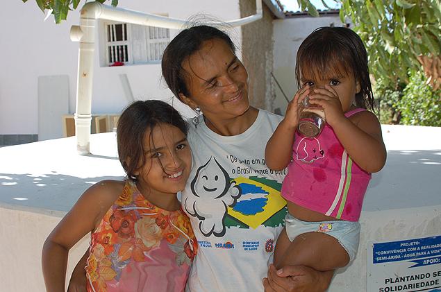 Conceição Batista Novo e suas filhas, Ana e Amanda, em Poços de Baixo (foto Allana Coutinho)